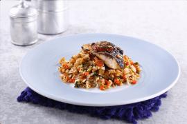 דג בורי אפוי על מצע אורז מלא וירקות