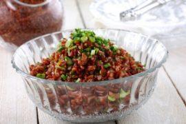 תבשיל אורז אדום עשיר בחמשת הבצלים