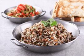 אורז יסמין עם בשר טלה וצנוברים קלויים