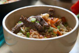 מוקפץ של בשר, אורז וירקות