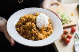 קיצ'רי: תבשיל אורז עירקי עם עדשים וביצה