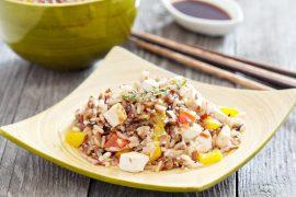 אורז אדום ולבן עם ירקות וטופו בסגנון סיני