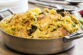 קדרה הודית של עוף עם אורז, עדשים ותפוחי אדמה