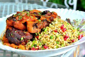 אוסובוקו ירקות שורש ופירות יבשים עם סלט חיטה ורימון