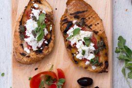 ברוסקטה יוונית עם עגבניות, גבינה וזיתים