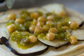 מאפה טבעוני של חצילים עם טחינה וגרגירי חומוס