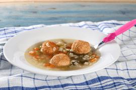 מרק ירקות עם כדורי עוף רכים ופתיתים אותיות