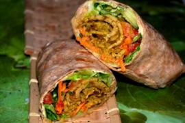 סייטן מוקפץ עם ירקות בטורטייה מקמח מלא