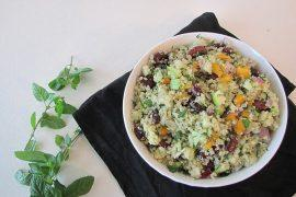 סלט קינואה, שעועית אדומה, פירות ועשבי תיבול