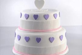 עיצוב עוגה לבנה עם פרחים ולבבות