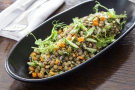 תבשיל של עדשים ירוקות וירקות