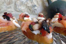 ברוסקטות ים תיכוניות עם ממרח שעועית לבנה, סלמון מעושן ועגבניות