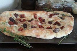 פוקצ'ה ביתית עם זיתים ועגבניות מיובשות