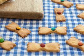 עוגיות עניבת פרפר פריכות עם עדשים צבעוניות
