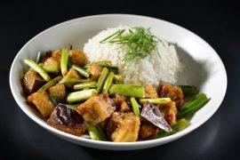 צ'זה של טופו וחצילים עם אורז
