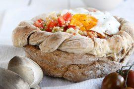 קערת לחם במילוי סלט חיטה ירוקה ועגבניות