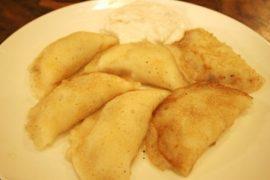 בצק מטוגן וממולא בקרם שקדים ואגוזים בקינמון וסוכר מוגש לצד גבינה מתוקה