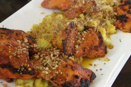 כרעי תרנגולת צרובים בטנדורי עם תבשיל עדשים כתומים