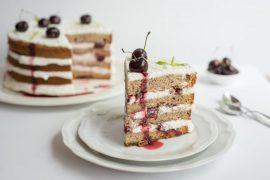 עוגת שכבות של קצפת ודובדבנים