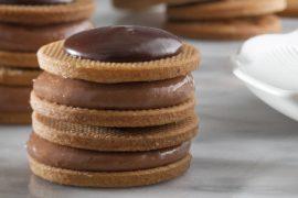 עוגיות סנדוויץ' עם קרם שוקולד