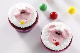 קאפקייקס מעוצבים בצורת כבשים עם בצק סוכר