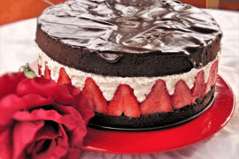 עוגת שוקולד מוס קוקוס ותותים מרהיבה