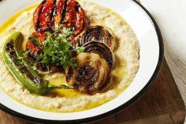 מסבחה של חומוס עם ירקות צלויים