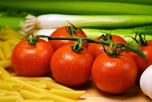קיץ של עגבניות אדומות ועסיסיות