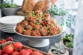 כדורי בשר ברוטב עגבניות עם אפונה