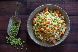 אורז מלא עם אפונה ירוקה וגזר