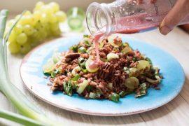 סלט אורז אדום עם ענבים ואגוזים