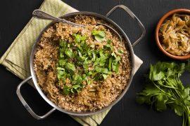 תבשיל בורגול חום ובצלים מקורמלים