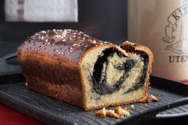 עוגת שמרים במילוי חלבה משומשום שחור