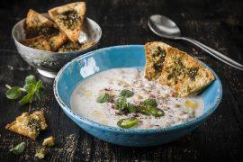 מרק יוגורט עזים עם גרגירי חומוס מתובלים
