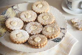 עוגיות סנדוויץ' אגוזים במילוי קרם חלבה