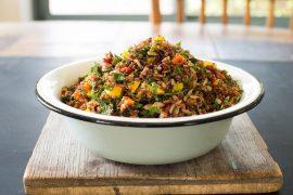 סלט קינואה אדומה עם ירקות ועשבי תיבול