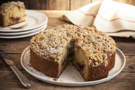 עוגת וניל קלה וגבוהה עם ריבה ופירורי בצק