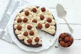 עוגת שוקולד כשרה לפסח עם קצפת-קפה וטראפלס