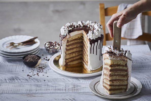 מגדל פנקייקים מושחת עם קרם שוקולד