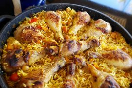 קדרה חגיגית של עוף עם אורז וירקות