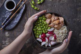 בודהה בול: קערת אורז בסמטי מלא עם נתחי סלמון ואדממה