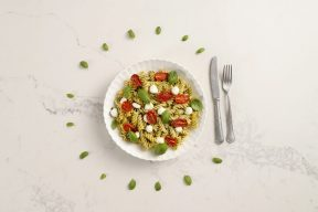 סלט פסטה עם פסטו, עגבניות צלויות ומוצרלה