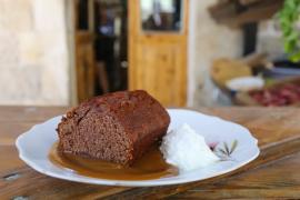 עוגת תמרים עם רוטב טופי של משק עפאים