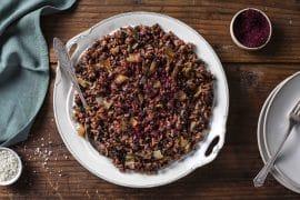 מג'דרה עם אורז אדום ועדשים שחורות