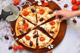 פיצה בסגנון יווני עם עגבניות, זיתים וגבינה בולגרית