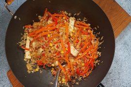 מוקפץ של אורז מלא וירקות